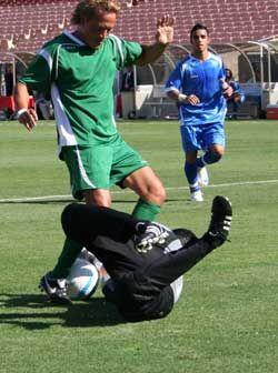A poco de empezar el partido Luis Hernández tuvo este encontronazo con e...