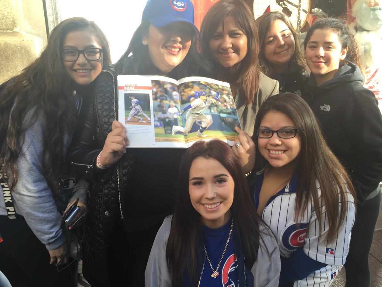 Fans hacen fila para tener el autógrafo de Javier Báez.