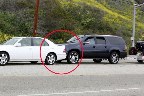 Tras el impacto, el automóvil blanco salió de su carril y...