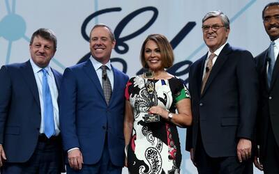 María Elena Salinas, primera hispana en recibir galardón en el salón de...