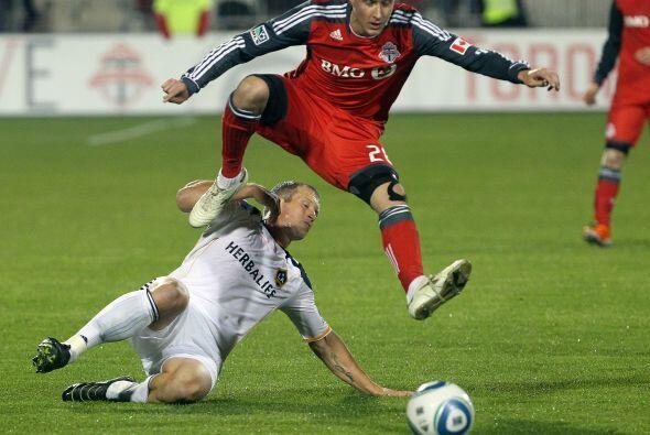 Gianluca Zavarise salta por sobre Chad Barret en uno de los momentos de...