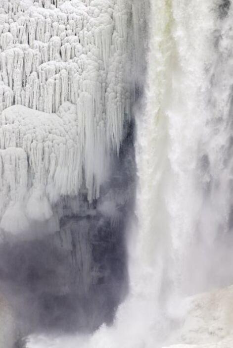 Una sección de las cataratas del Niágara se ha congelado gracias a la ol...