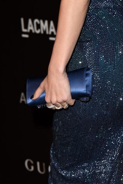 La joyería que lució fueron aretes de diamantes Jorge Adeler y tres anil...