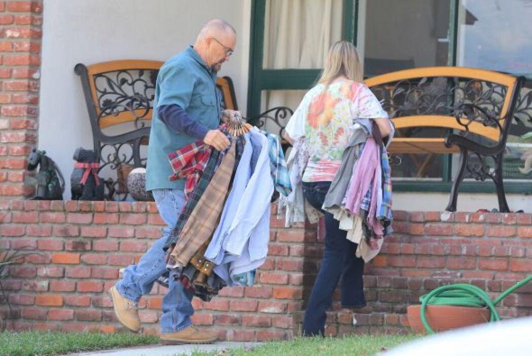 Vimos que sacaron ropa de la casa de la estrella de cine. Más videos de...