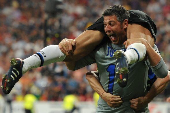 El arquero interista Francesco Toldo no pudo contener su emoción,...
