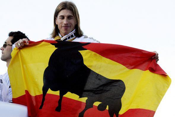 El defensa Sergio Ramos mostró su bandera española con la silueta de un...