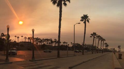 El cielo de Los Ángeles amaneció rojo.
