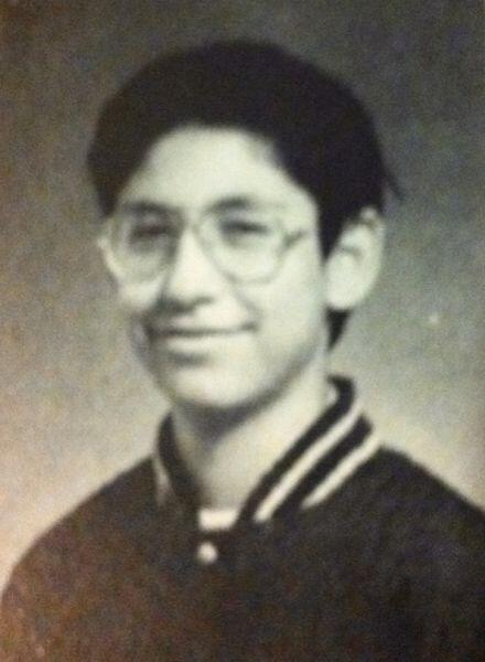 Aquí puedes verlo a los 14 años. ¡Usaba lentes!
