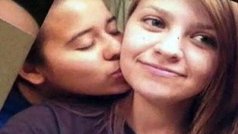 Una pareja de jóvenes declaradas lesbianas por ellas mismas en Facebook,...