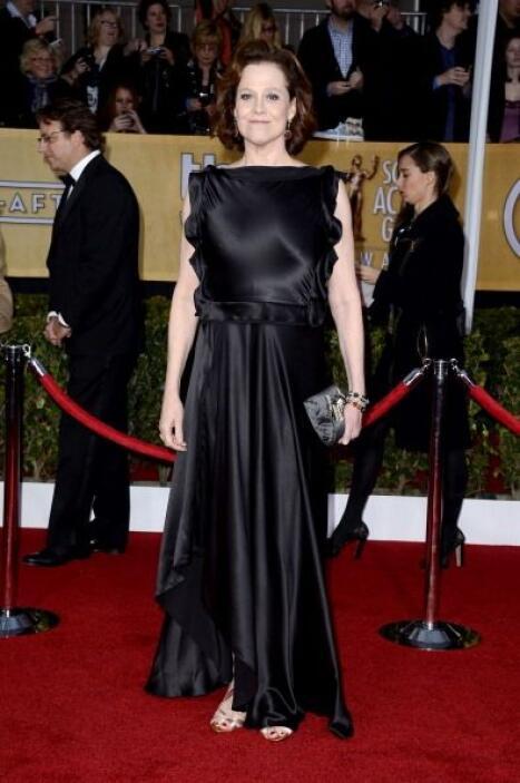 Sigourney Weaver llegó con una sábana satinada envuelta al cuerpo y no s...