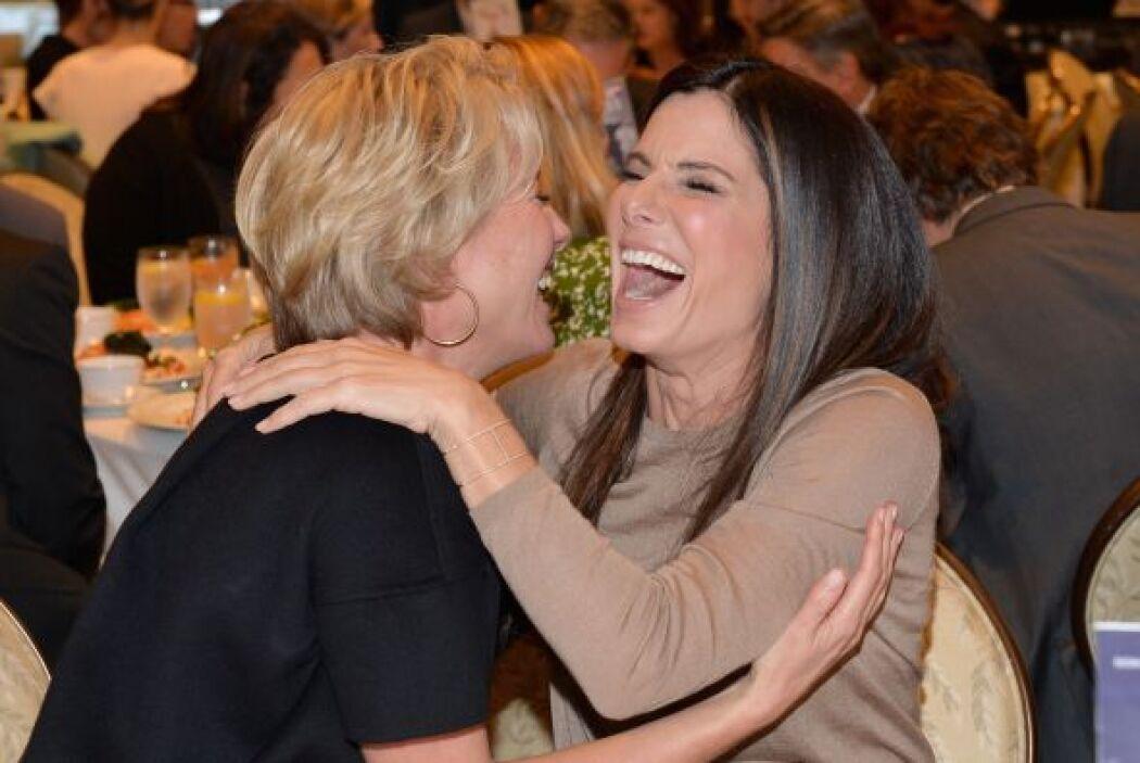 """Y qué divertida se dan las """"comadres"""" Emma Thompson y Sandra Bullock. Mi..."""