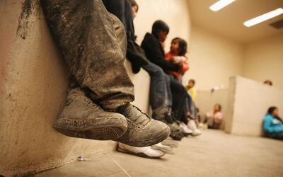 Niños inmigrantes indocumentados en un centro de detención de la Patrull...