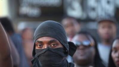 En tres días, los disturbios han provocado más de 40 arrestos, saqueos y...