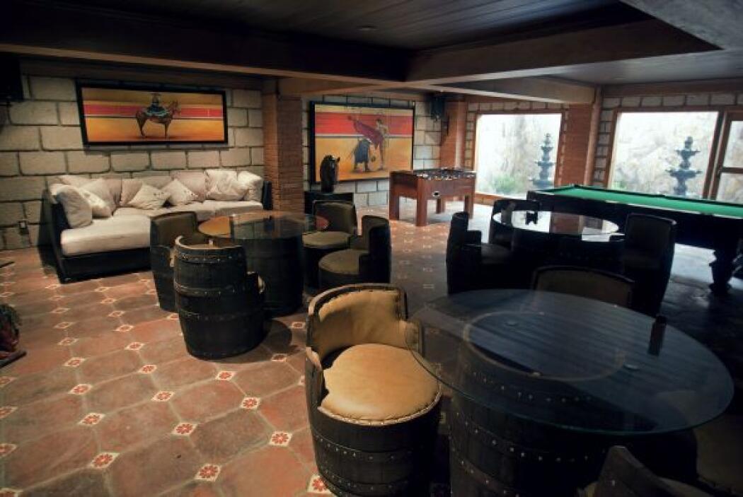 La estancia frente al bar está decorada con estilo rústico, techo de mad...