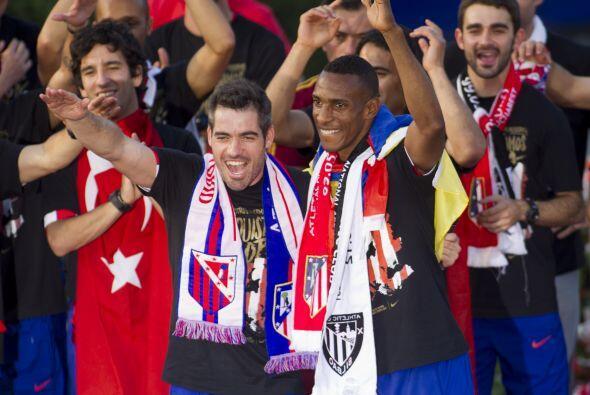 Los jugadores y el personal del Atlético de Madrid presentaron el trofeo...