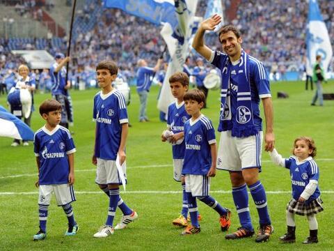 Raúl jugó su último partido con la camiseta del Sch...