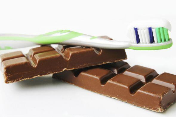 Desinfecta tu 'toothbrush' remojándolo en agua oxigenada, para ay...