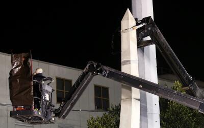 Trabajadores desmantelan el monumento de Liberty Place durante la madrug...