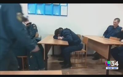 Un bombero es blanco de una broma por quedarse dormido