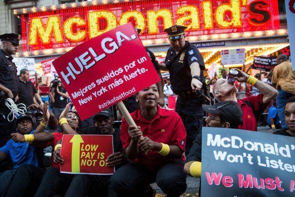 Los manifestantes estaban frente a un restaurante McDonald's en la céntr...