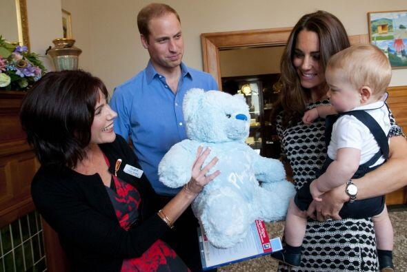 El pequeño George recibió regalos de los asistentes al eve...