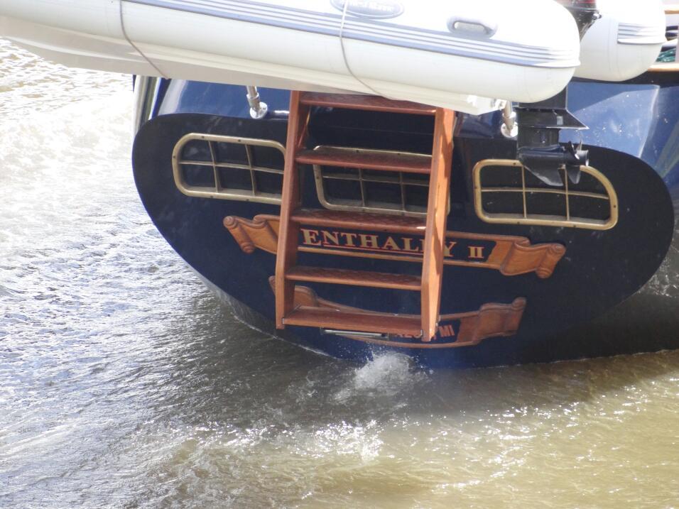 David Thompson, un ingeniero jubilado de 68 años, navegaba solo en su ve...