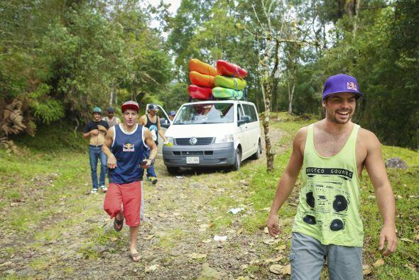 Dane Jackson y Rafa Ortíz se bajan de la van listos para el kayak.