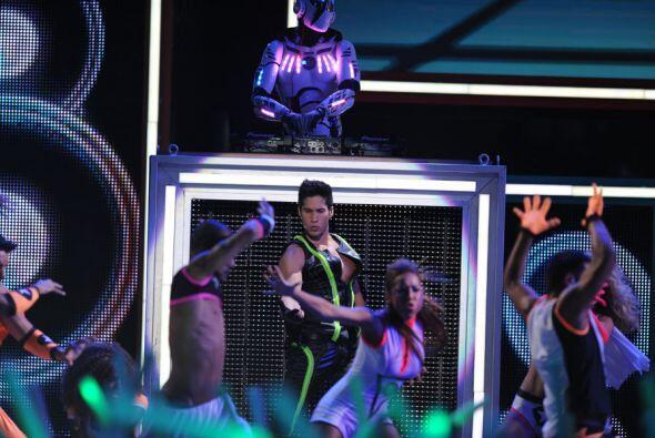 Mientras tanto, captamos a Chino observando a sus bailarinas... ¿Qué and...