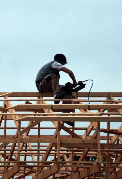 Uso de maquinaria motorizada para trabajar con la madera.