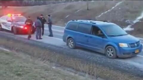 Detención de una familia de inmigrantes por parte de patrulla fronteriza...