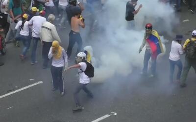 En un minuto: Al menos dos muertos por disparos en las marchas opositora...