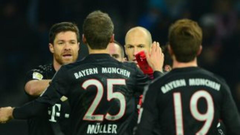 Robben es felicitado por su gol ante Hertha.