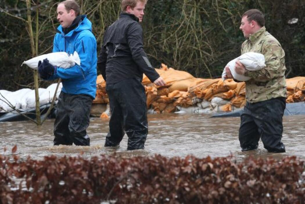 Se pudo ver cómo se e sumaron a una cadena humana para llevar los sacos...