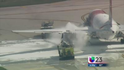 Pánico por fuego en avión a punto de despegar