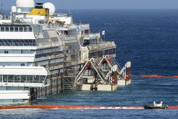 El crucero que naufragó hace 21 meses en la costa de Italia volvió a flo...