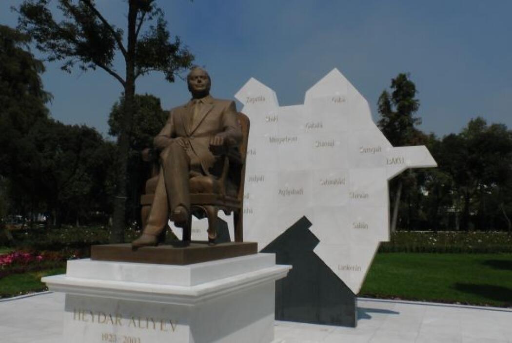 Pero ¿quién es el hombre de la escultura de bronce que reposa en el Parq...