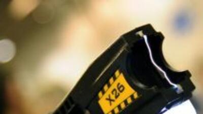 Arma diseñada para discapacitar a una persona o animal con descargas elé...