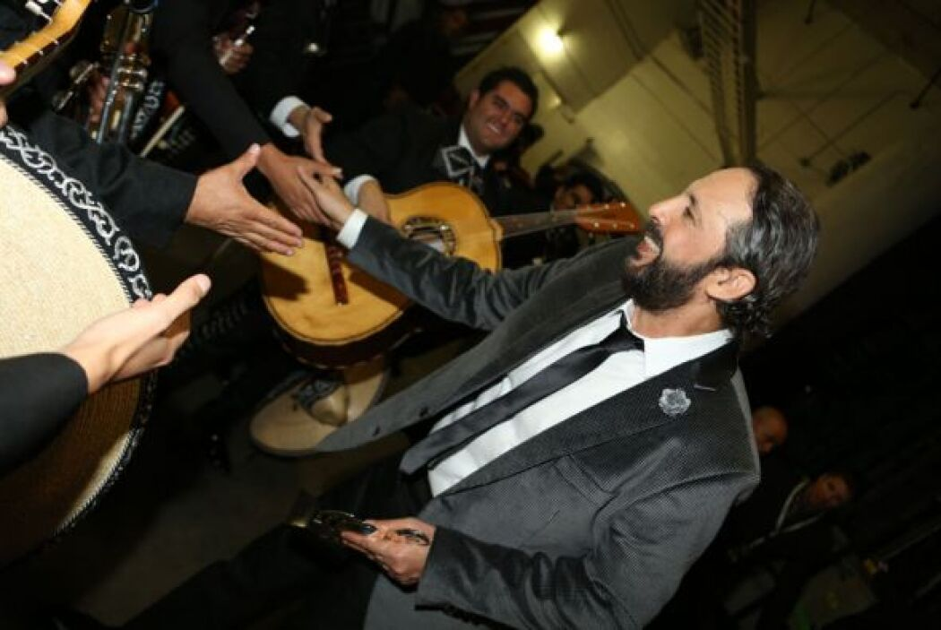 Juan Luis Guerra amable y saludador con los mariachis.