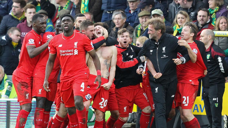 Klopp corrió a felicitar a Lallana tras darle el triunfo al Liverpool