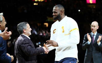 LeBron James recibe su anillo de campeón de parte del dueñ...