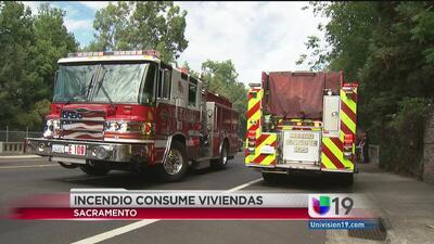 Incendio consume viviendas en Del Paso Heights