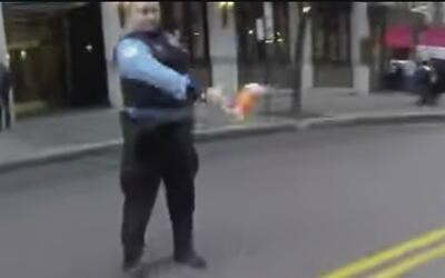 Captan a policía de Chicago lanzando un vaso de café a un motociclista