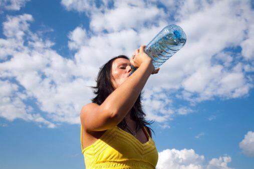.La mayor parte de esta agua se absorbe con la comida o bebidas no estri...