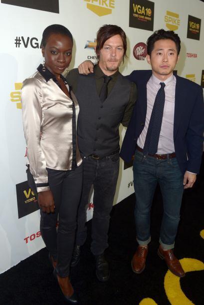 Con sus compañeros Norman Reedus (Daryl) y Steve Yeun (Glenn). Mira aquí...