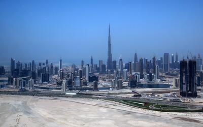 El Burj Khalifa, la torre más alta del mundo, se puede ver en el...