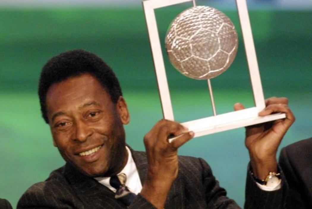 Edson Arantes do Nascimento, mejor conocido como Pelé, compite junto con...