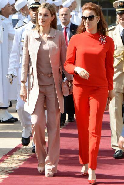 Para esta visita la reina de España optó por un atuendo rosa pastel