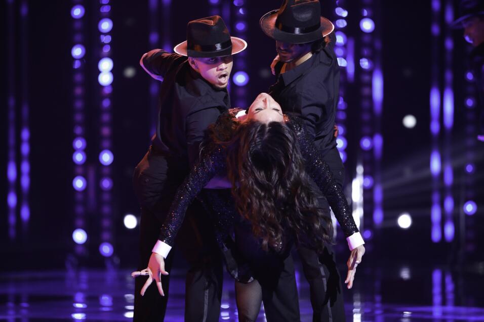Giselle Blondet bailando con Bianca Marroquín.