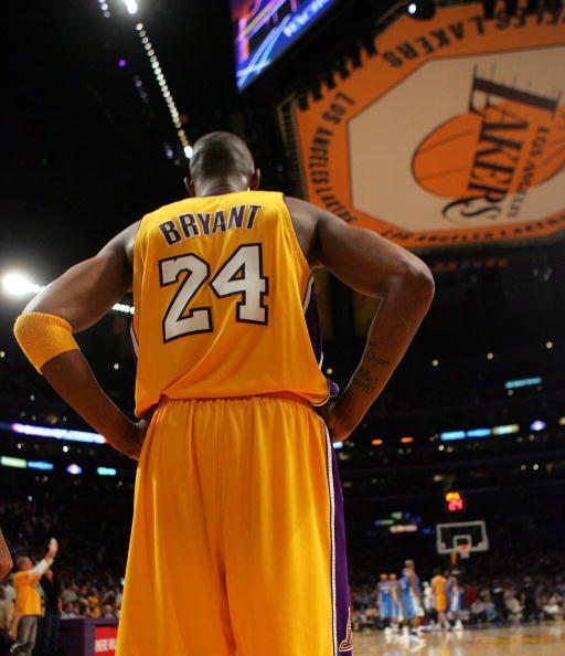 En 2006, Bryant anunció que cambiaba su dorsal del 8 al 24, su pr...