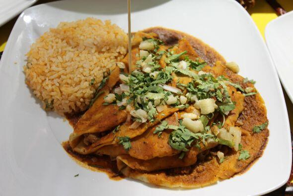 Las famosas enchiladas potosinas se rellenadn de papa, zanahoria y chori...